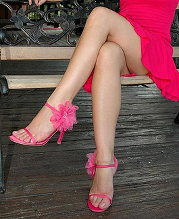Pies femeninos sexy con zapatillas
